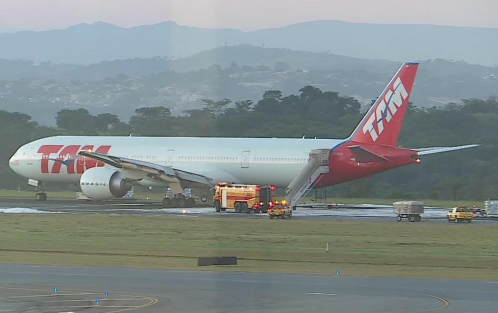 aeronave latam pouso emergencia confins