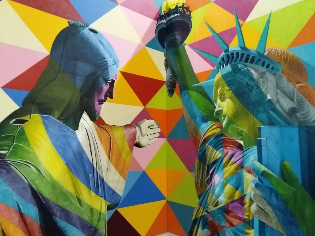 Mural do artista Kobra no lounge American Express em Guarulhos