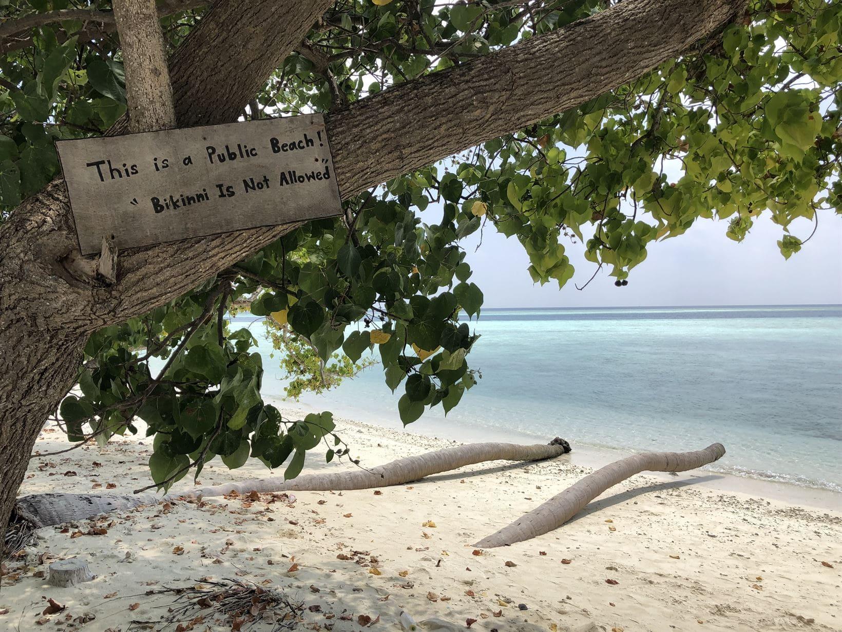 placa praia proibido biquini maldivas